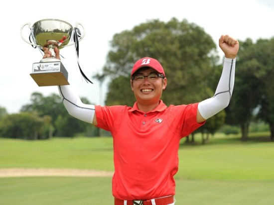 Wilson Choo pose with the trophy after winning the PGM Pahang Classic ©Arep Kulal/PGM