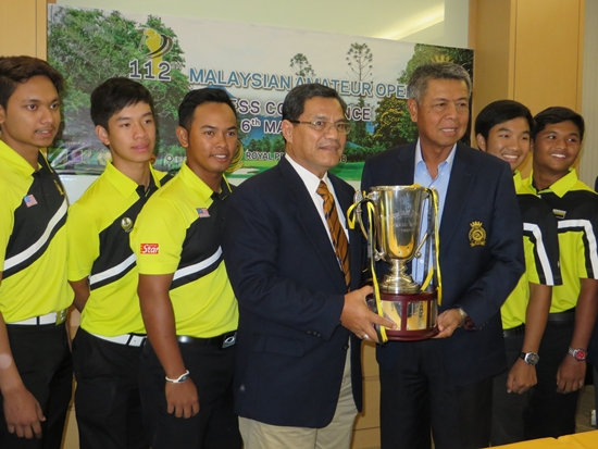 Royal Perak Golf Club chairman Dato' Jamalludin Al Amini Hj Ahmad receiving the MAO challenge trophy from MGA president Admiral (R) Tan Sri Dato Setia Mohd Anwar Mohd Nor, flanked by national and state players