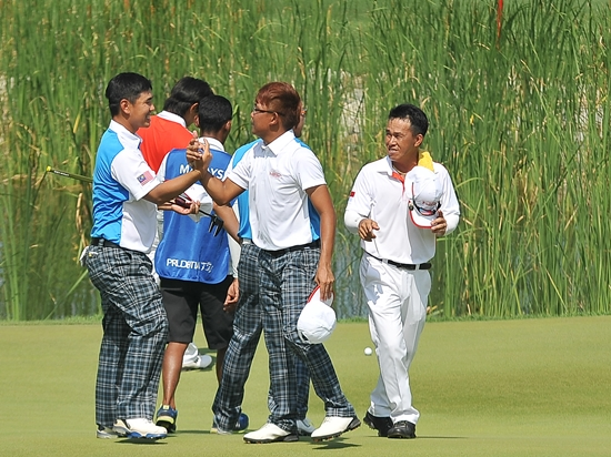 Khor Kheng Hwai and Nicholas Fung congratulate each other as Singapore's Poh Eng Hwa looks on ©David Ash|PMG
