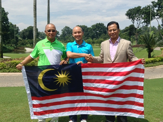 PGAM president  Tan Sri Dato' Abdul Ghani Othman (right) handing over the flag to Team Malaysia captain Chong Chee Ming (centre) and vice-captain Faridil Atras (left)