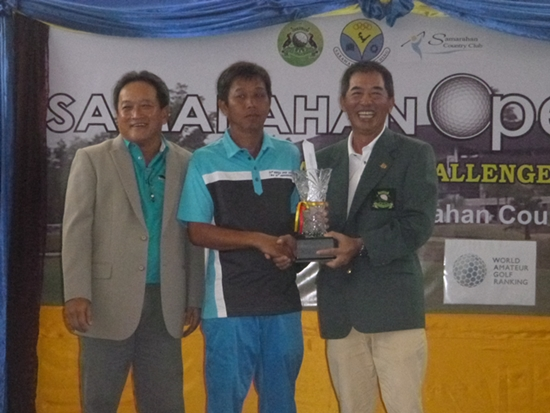 Samarahan Country Club captain Anthony Tiong and club president Brian Chien flank 2013 champion Lau Ching Leong