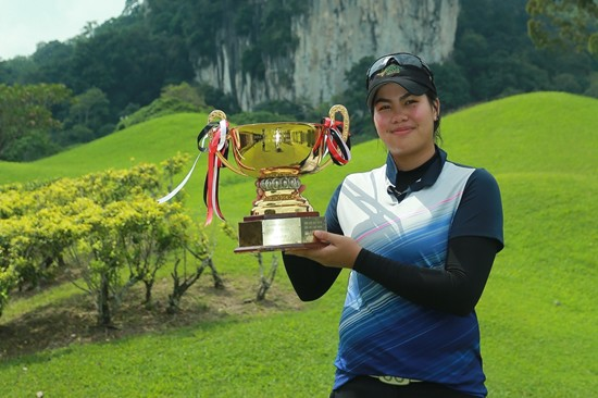 Pauline Del Rosario of the Philippines with the MLAO trophy ©Mike Casper The ClubHouse