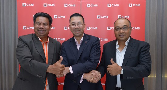 Effendy (middle) with Mohd Isa (left) and AGF chief executive Mohd Mazlan Md Yusof ©CIMB