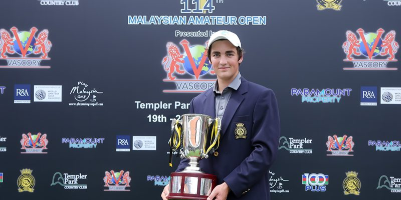 Lachlan Barker of Australia with the Malaysian Amateur Open trophy ©Mike Casper|The ClubHouse